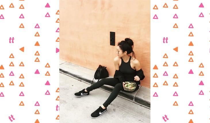 Lana Condor sentada no chão