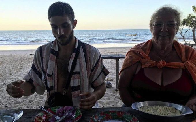 Chay comendo na praia
