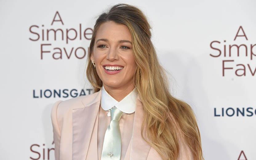 """Oito anos após o fim da série, Blake Lively dá resposta hilária sobre a identidade de """"Gossip Girl"""""""