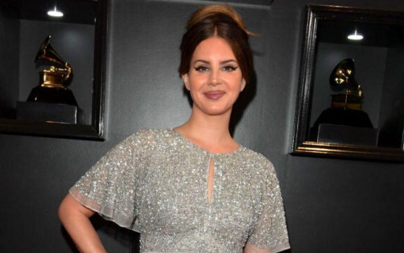 Gente como a gente! Lana Del Rey comprou seu vestido do Grammy no shopping