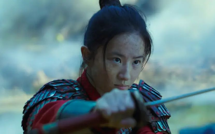 Vídeo dos bastidores de Mulan revela rotina intensa de treinamento da protagonista