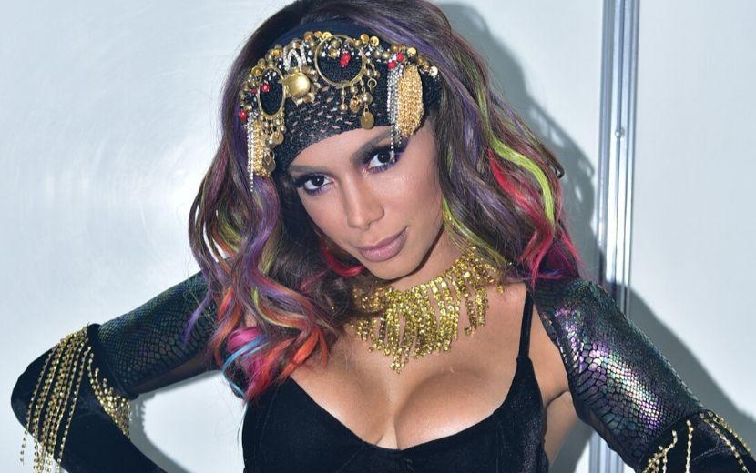 No Carnaval, Anitta surge com novo affair e manda indireta para Pedro Scooby!