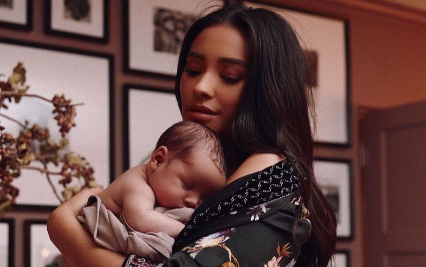 """Shay Mitchell fala sobre autoestima depois de se tornar mãe: """"Minha relação com o corpo evoluiu"""""""