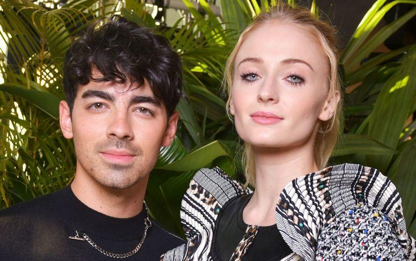 Em Los Angeles, Sophie Turner exibe barriga de grávida ao lado de Joe Jonas