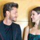 """Camila Queiroz e Klebber Toledo relembram início do relacionamento: """"Não foi o típico amor à primeira vista"""""""