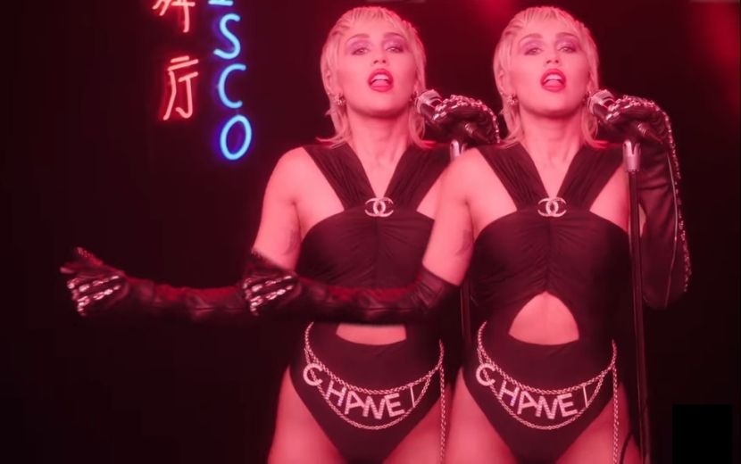 "Ela voltou! Inspirada nos anos 80, Miley Cyrus supera as expectativas com ""Midnight Sky"""