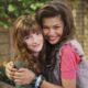 Bella Thorne desabafa sobre rivalidade com Zendaya Amam colocar mulheres umas contra as outras