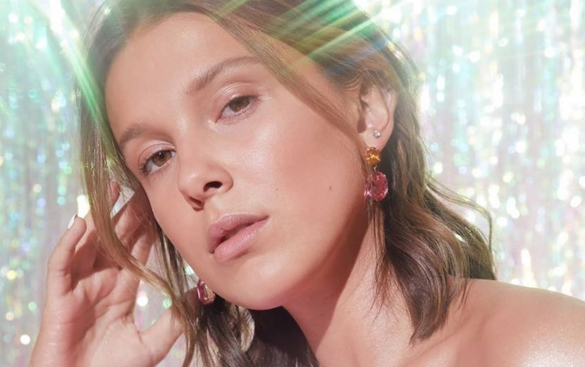 Millie Bobby Brown compartilha tutorial com dicas para make iluminada