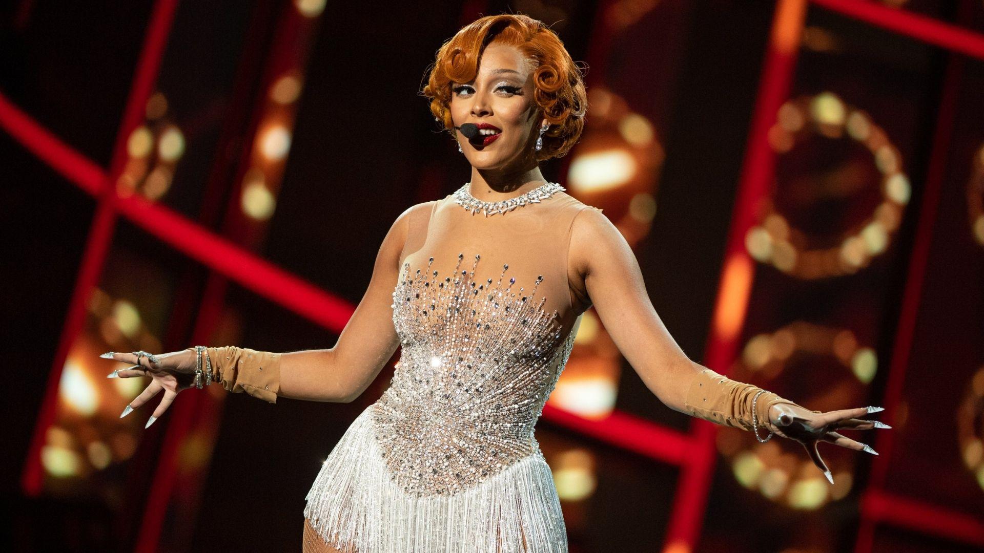 """Billboard Music Awards: Com coreografia viral do TikTok, Doja Cat apresenta """"Say So"""" e esquenta premiação!"""