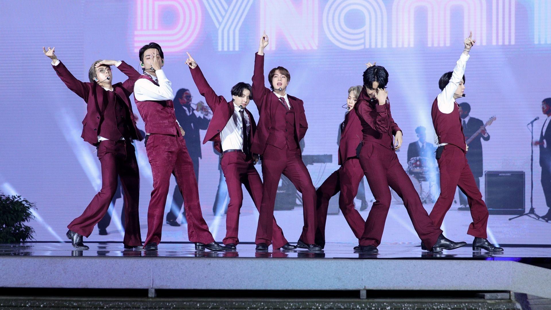 """Billboard Music Awards: Direto da Coreia do Sul, BTS apresenta """"Dynamite"""" com muita coreografia!"""