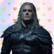 """Henry Cavill aparece com armadura nova em imagens inéditas da segunda temporada de """"The Witcher"""" - veja!"""