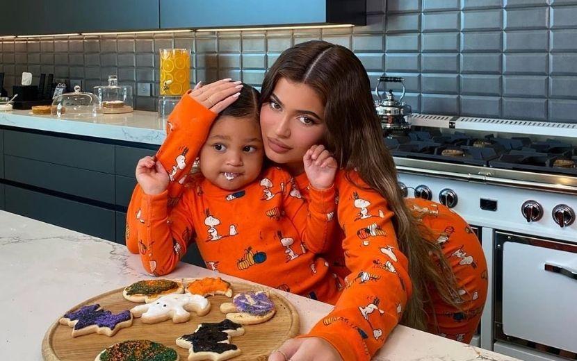 Fofura! Kylie Jenner faz cookies de Halloween com Stormi e conquista a web!
