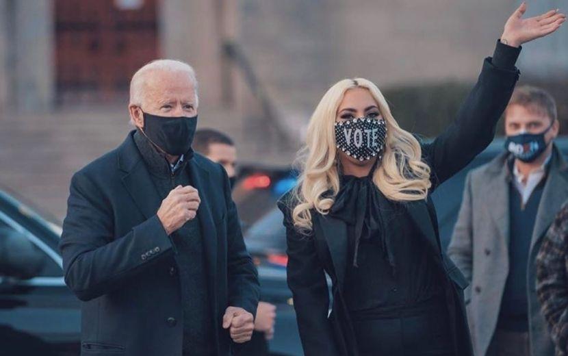 Lady Gaga relembra ex-noivo durante apresentação no comício de Joe Biden