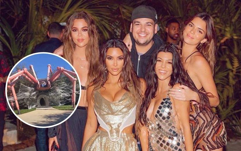 Kim Kardashian transforma mansão em caverna com aranha gigante no Halloween