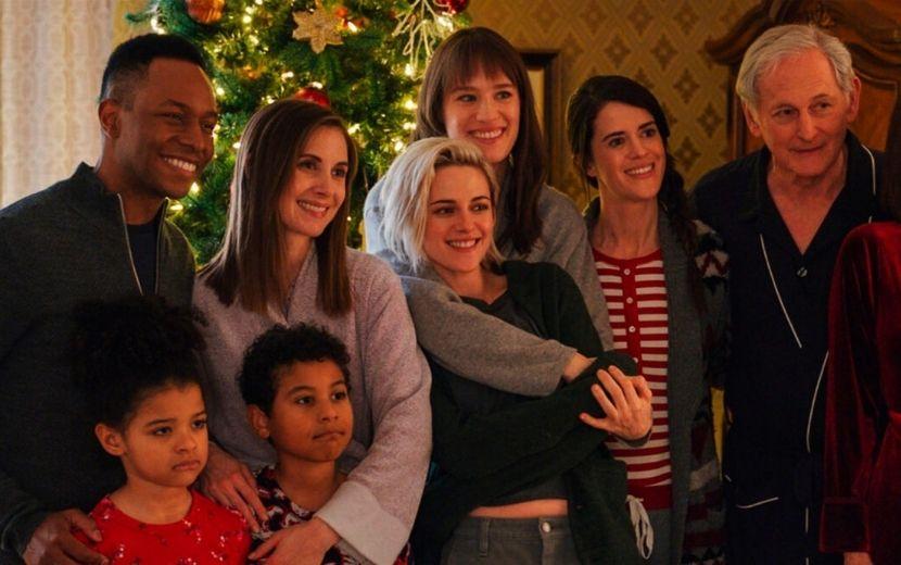 """Kristen Stewart descobre que família da namorada não sabe que ela é lésbica em trailer de """"Happiest Season"""""""