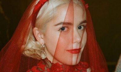 """Kiernan Shipka, a Sabrina de """"Mundo Sombrio"""", combinou o lookinho com o namorado de um jeito divertido - vem ver!"""