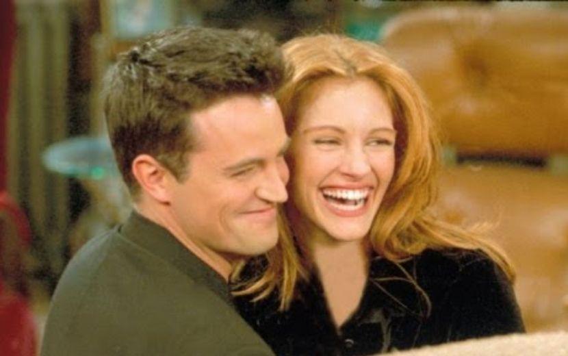 """Co-criadora de """"Friends"""" revela como Matthew Perry convenceu Julia Roberts a participar da série"""