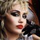 Miley Cyrus é vista durante gravação de projeto em Malibu