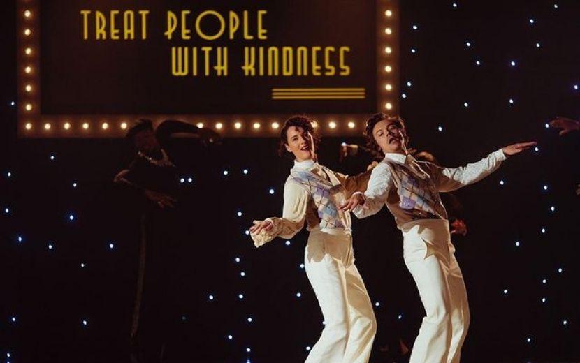 "Harry Styles e Phoebe Waller-Bridge, de ""Fleabag"", dançam em sintonia no clipe de ""Treat People With Kindness"""