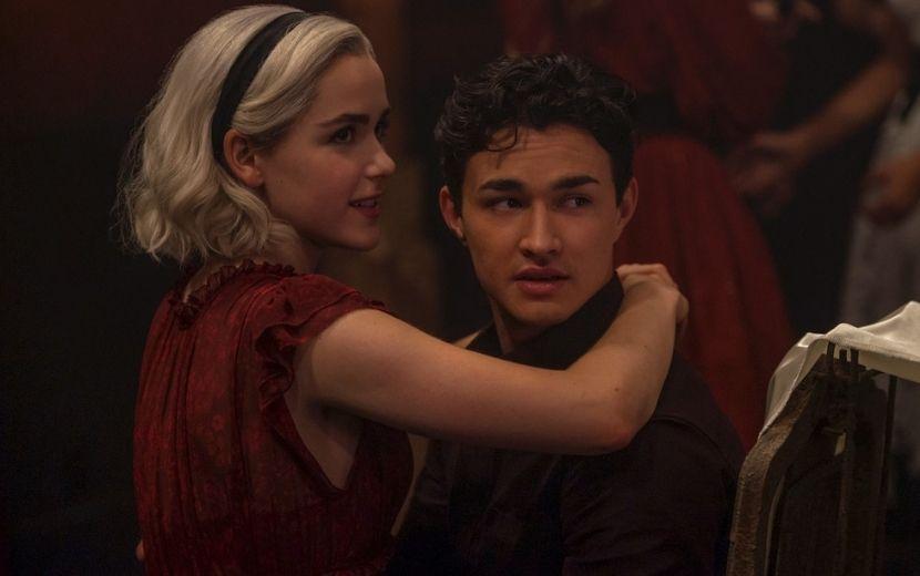 """Estrelas de """"O Mundo Sombrio de Sabrina"""" se arriscam no português em novo vídeo divertido da Netflix"""