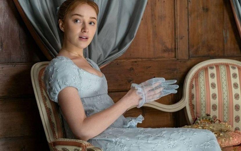 """Phoebe Dynevor, de """"Bridgerton"""", revela que teve que assistir a série com os avós; entenda"""