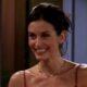 """Courteney Cox toca música de abertura de """"Friends"""" no piano"""