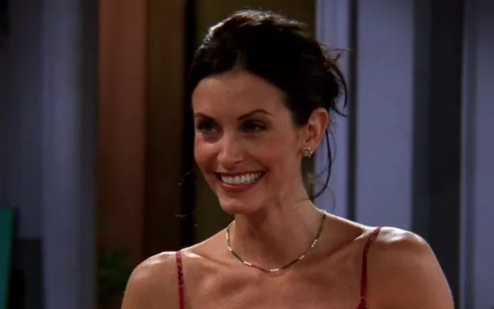 "Courteney Cox toca música de abertura de ""Friends"" no piano"