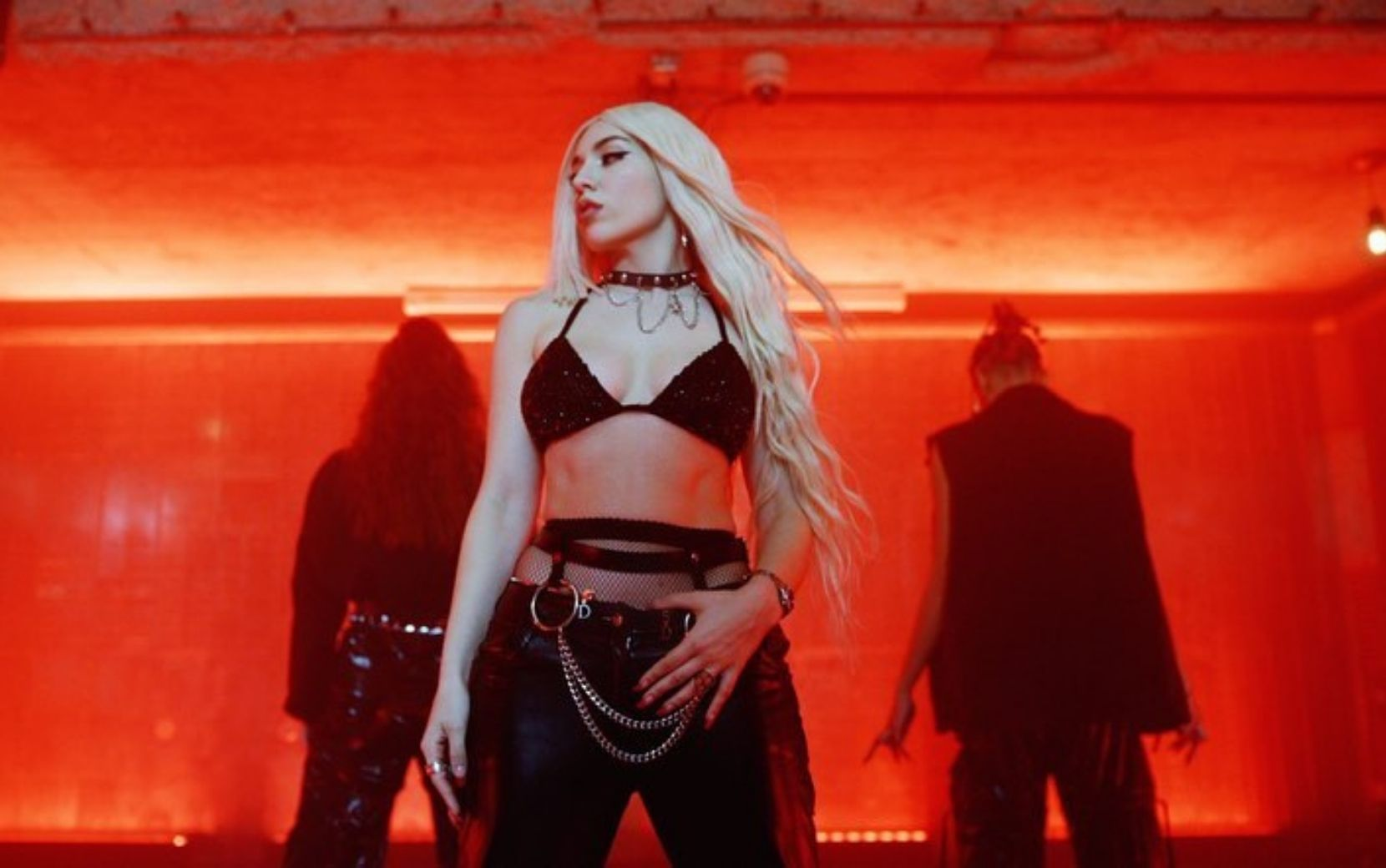 "Ava Max lança clipe eletrizante para ""My head and My Heart"""