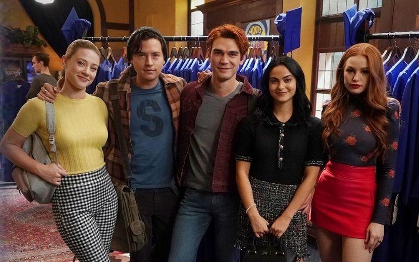 """Prévia de novo episódio de """"Riverdale"""" mostra personagens após salto temporal de sete anos"""