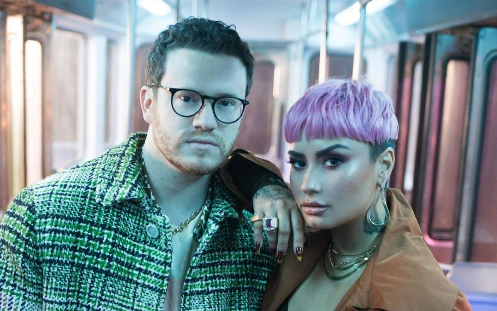 """Sam Fischer e Demi Lovato protagonizam clipe da introspectiva """"What Other People Say"""""""