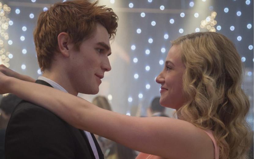 """Criador de """"Riverdale"""" comenta mudanças de casais após salto temporal de sete anos"""