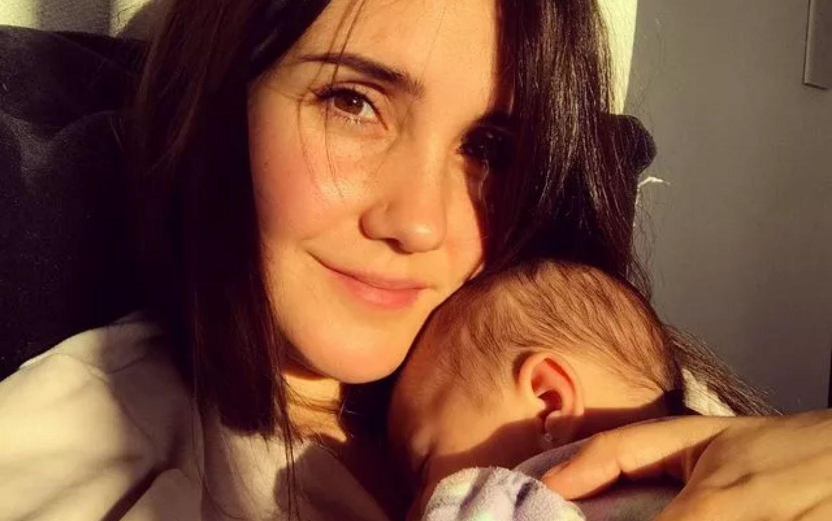 """Dulce Maria compartilha clique com a filha e faz desabafo sobre maternidade: """"Exausta"""""""