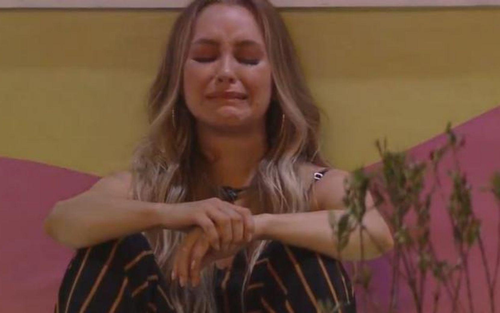 """Ao som de """"Só os loucos sabem"""", Carla Diaz chora sozinha na festa do BBB21"""