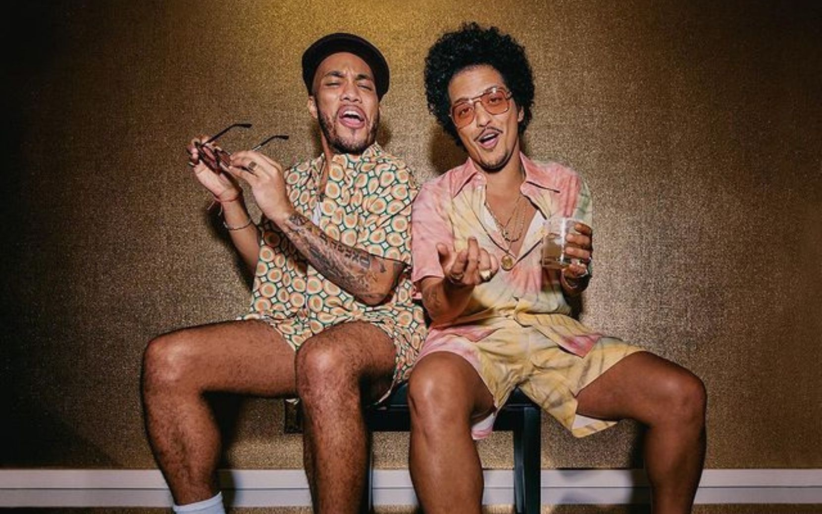 "Bruno Mars e Anderson Paak curtem tarde de música com a banda no clipe de ""Leave the Door Open"""