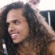 """Vitão viaja em barco de pensamentos sobre amor durante terapia no clipe de """"Pensa"""""""