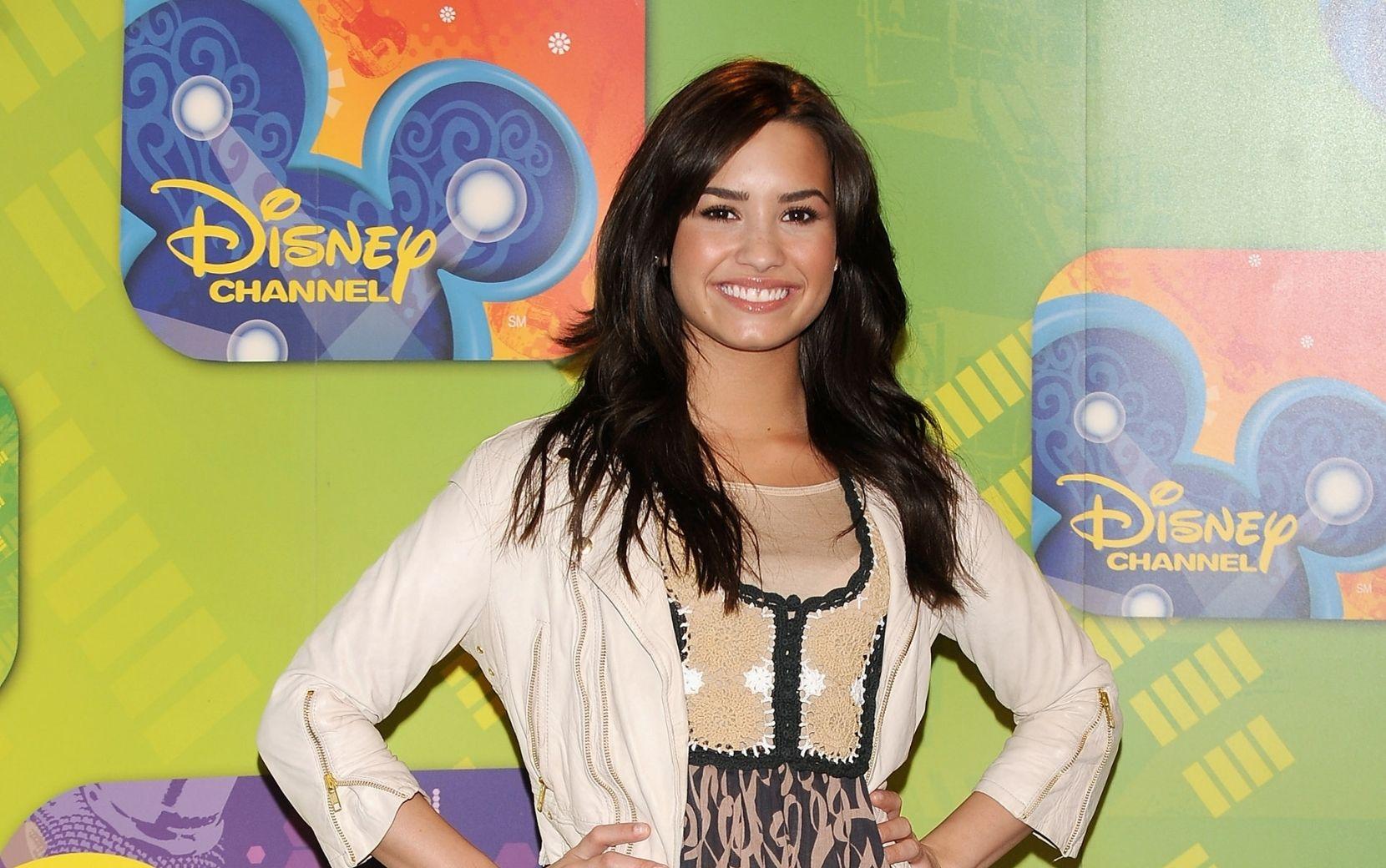 Demi Lovato revela ter sofrido violência sexual em trabalho para Disney, após denúncia o agressor ficou impune