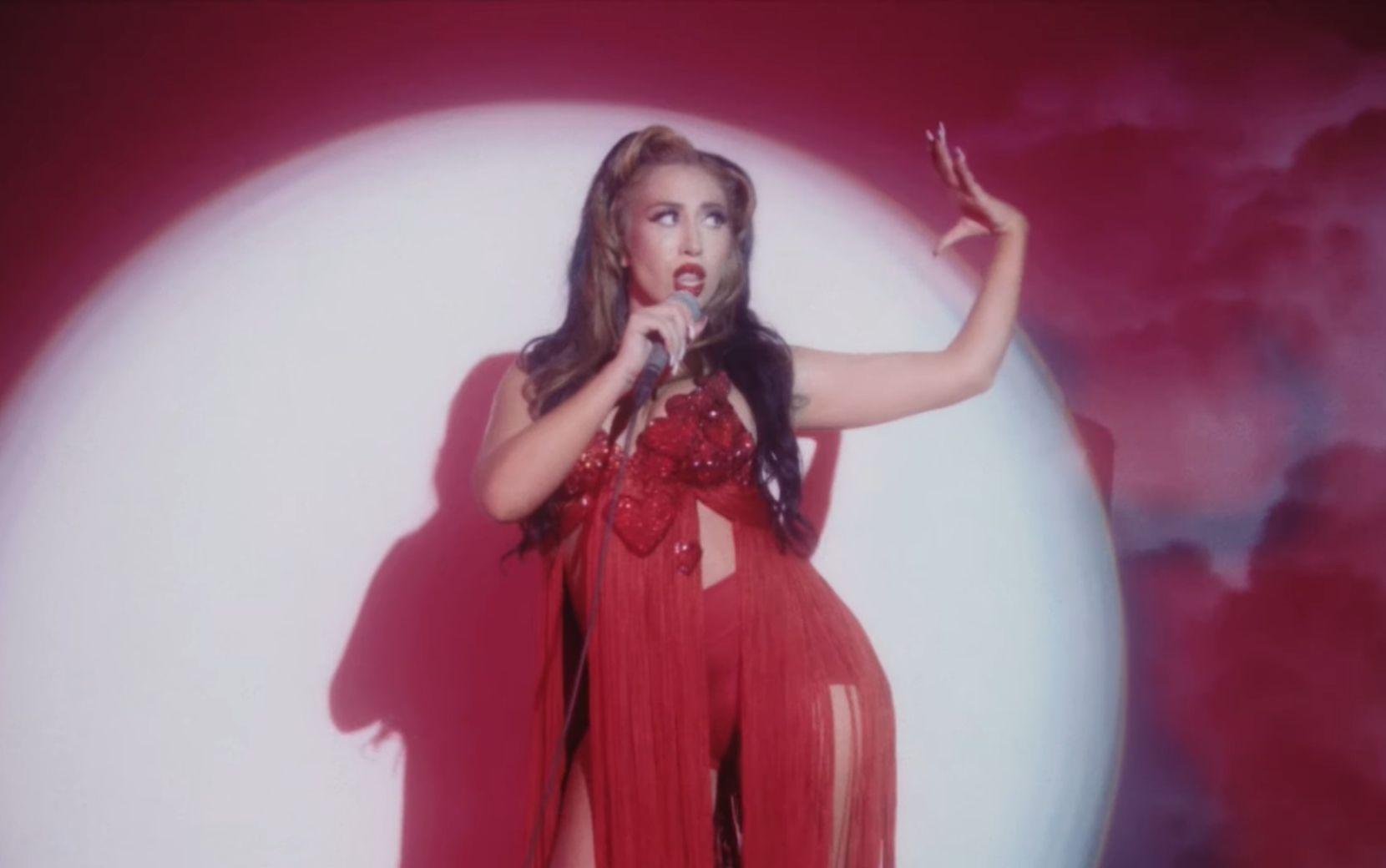 """Hit do TikTok, """"Telepatía"""", ganha clipe com estética dos anos 2000"""
