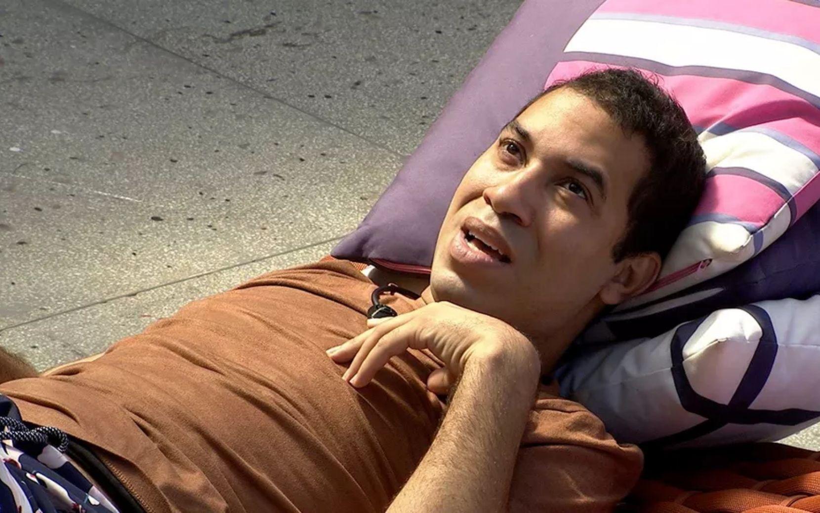 """BBB21: Gilberto chora sozinho e desabafa: """"Medo da Sarah não querer ser minha amiga lá fora"""""""
