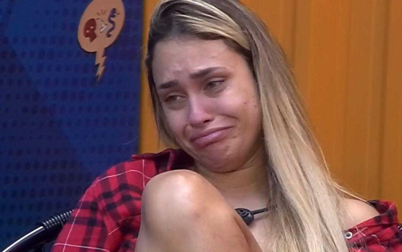 """BBB21: Sarah cai no choro durante conversa com Gilberto: """"Medo pelos meus amigos"""""""