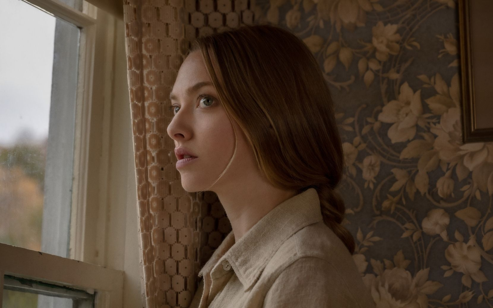 """""""Vozes e Vultos"""": Amanda Seyfried é assombrada no trailer do novo filme de suspense da Netflix"""