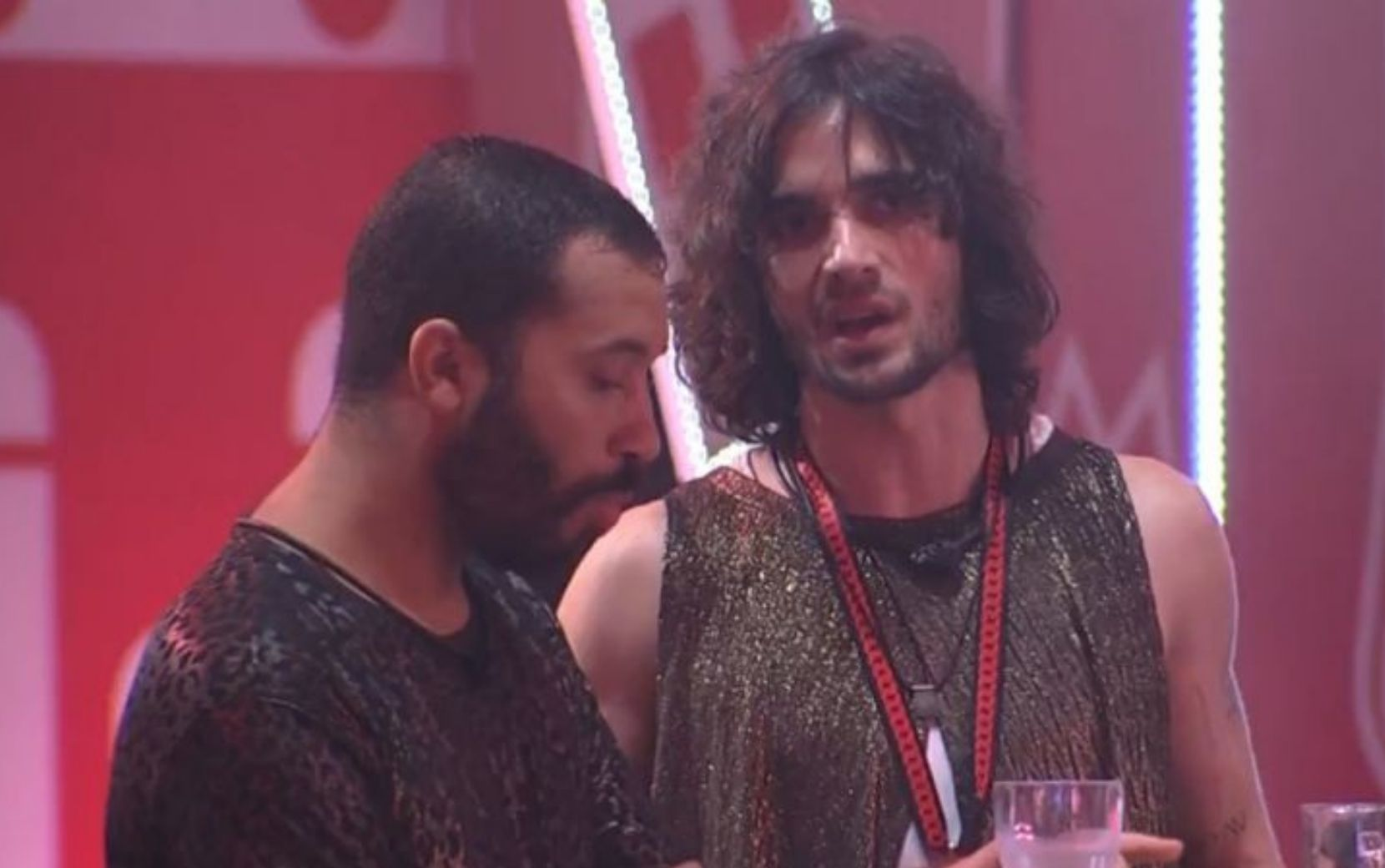 Gilberto e Fiuk brincam ao simular beijão no Big Brother Brasil