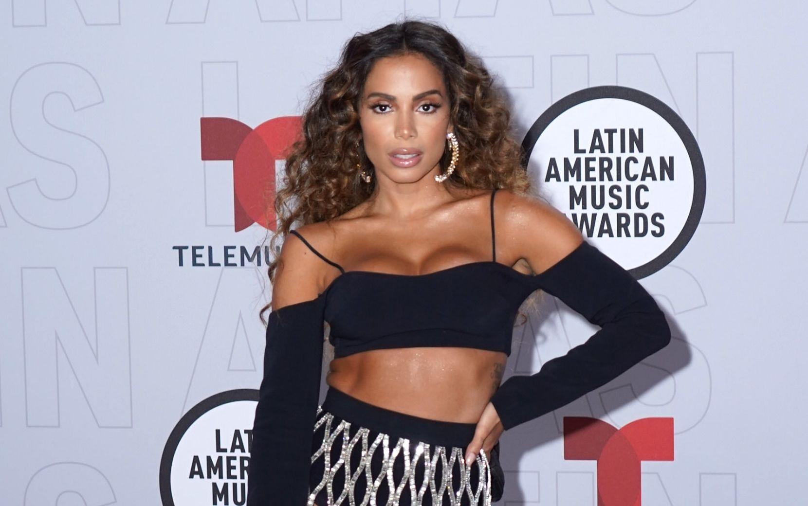 """Latin AMAs: Anitta vence categoria de """"artista favorita"""" e entrega tudo em performance de abertura"""