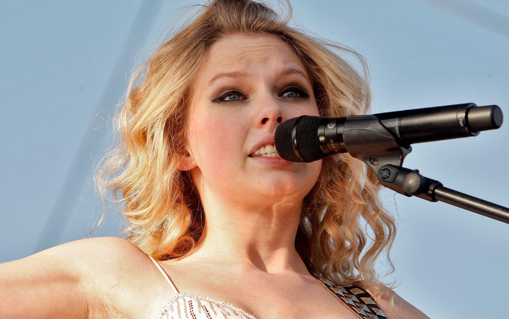 """Taylor Swift quais músicas de """"Fearless"""" mais gostou de regravar"""