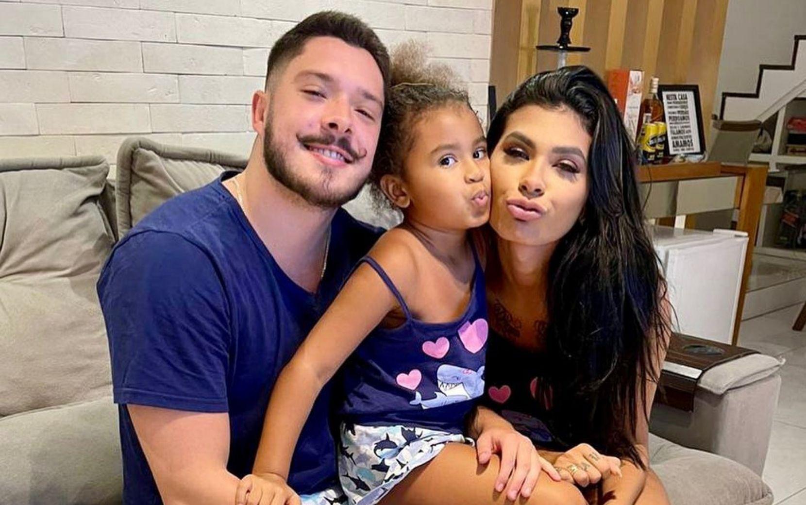 Após ataques racistas direcionados para filha de Pocah, noivo da cantora toma medidas legais