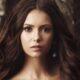 """Nina Dobrev aparece usando peruca de """"The Vampire Diaries"""" e faz mistério: """"No set para algo que não posso contar"""""""