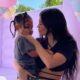 """Kylie Jenner publica foto com a filha Stormi e look da garotinha chama a atenção: """"Mini Travis"""""""
