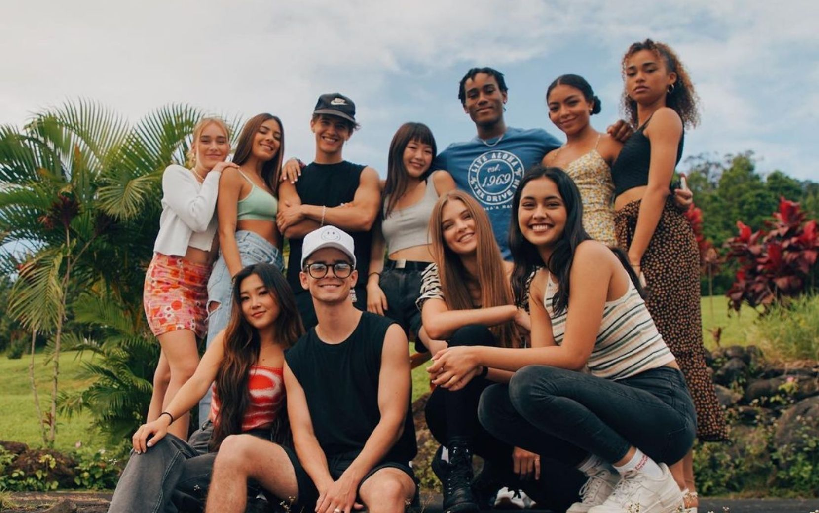 Integrantes do Now United fazem tour por mansão luxuosa no Havaí