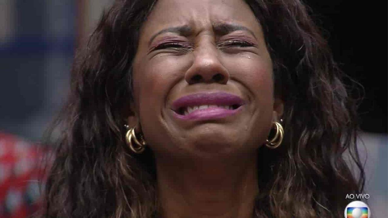 Camilla de Lucas chora após desentendimento com Tiago Leifert