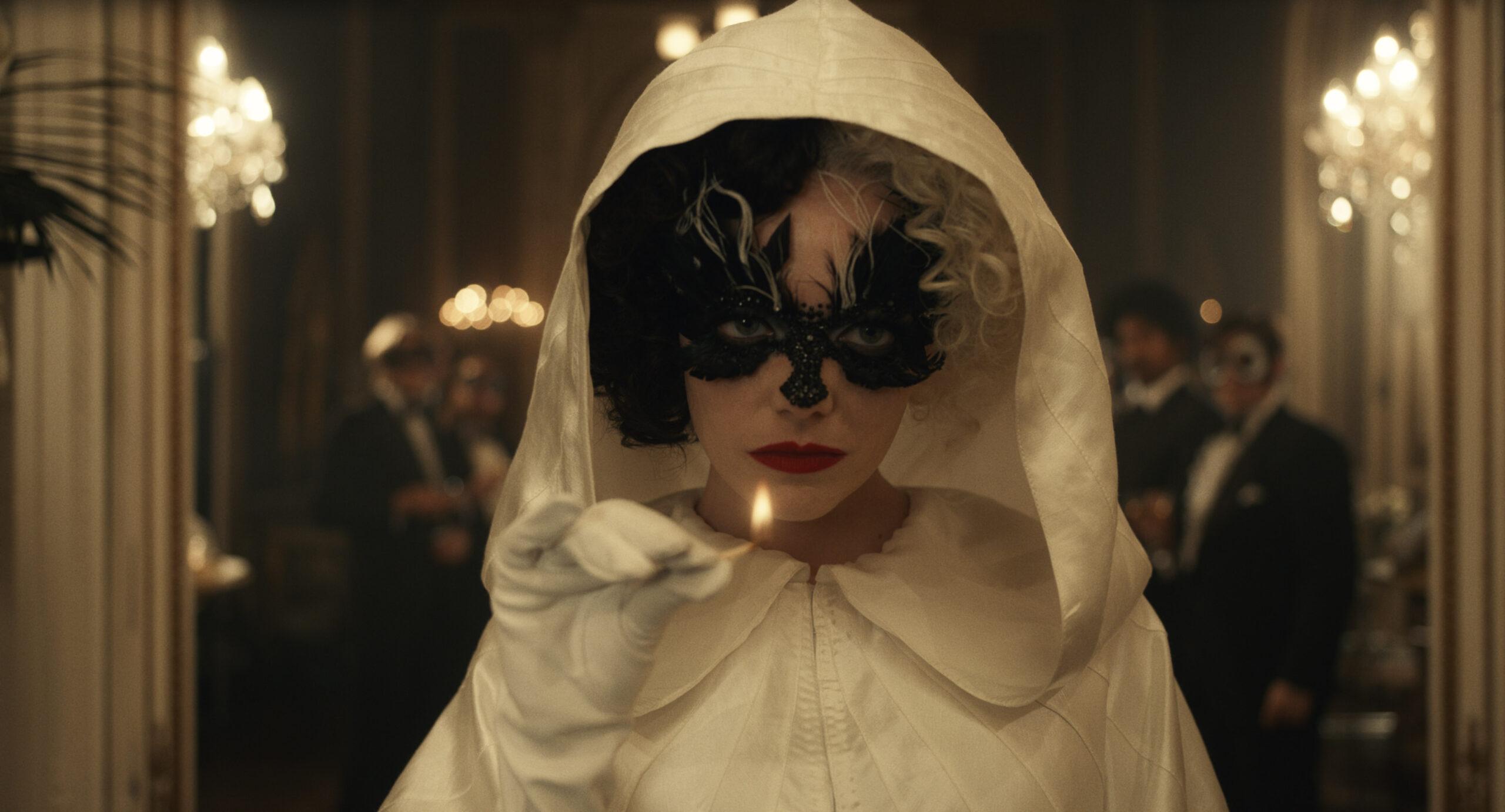 """""""Cruella"""": Emma Stone fala sobre construção da vilã em vídeo de bastidores"""