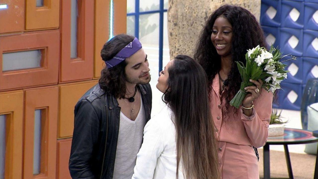 "BBB21: Juliette e Fiuk dão selinho e ""se casam"" - veja!"